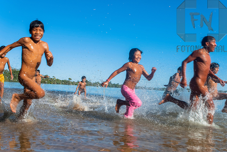 Crian&ccedil;as dos &iacute;ndios Kalapalos correndo em lagoa na Aldeia Aiha no Parque Ind&iacute;gena do Xingu | Children of the Kalapalo indians running in lagoon at Aiha Village in the Xingu Indigenous Park<br /> <br /> LOCAL: Quer&ecirc;ncia, Mato Grosso, Brasil <br /> DATE: 07/2009 <br /> &copy;Pal&ecirc; Zuppani