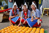 Kaasmeisjes op de kaasmarkt in Edam