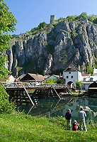 DEU, Deutschland, Bayern, Niederbayern, Naturpark Altmuehltal, Markt Essing: Urlaubsort an der Altmuehl, oberhalb die Burg Randeck | DEU, Germany, Bavaria, Lower Bavaria, Natural Park Altmuehltal, Essing: holiday resort at river Altmuehl, above Castle Randeck