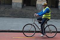 SÃO PAULO-SP-22,09,2014- EDUARDO SUPLICY-DIA MUNDIAL SEM CARRO- O Senador e candidato novamente ao senado por São Paulo pelo PT,Eduardo Suplicy durante passeio de bicicleta nas ciclovias do centro.Hoje é o Dia Mundial sem Carro.<br /> Local: Viaduto do Chá/Thatro Municipal– Região central da cidade de São Paulo,no fim da manhã dessa Segunda-Feira,22(Foto:Kevin David/Brazil Photo Press)