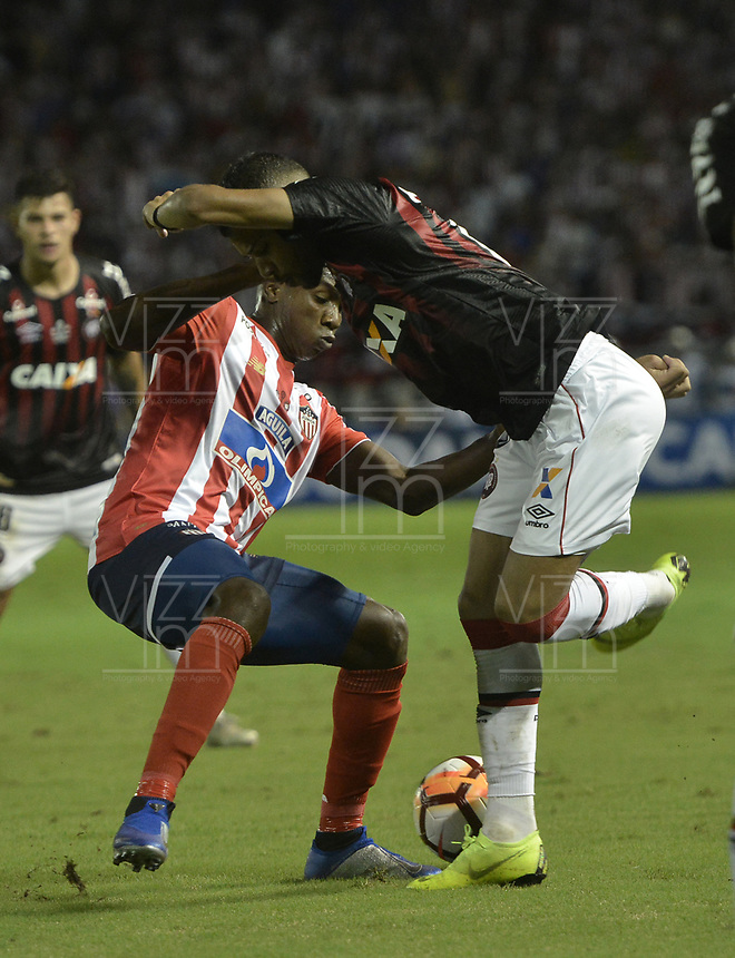BARRANQUIILLA - COLOMBIA, 05-12-2018: Daniel Moreno (Izq.) de Junior disputa el balón con Renan Lodi (Der.) del Paranaense durante el encuentro entre Atlético Junior de Colombia y Atlético Paranaense de Brasil por la final, ida, de la Copa CONMEBOL Sudamericana 2018 jugado en el estadio Metropolitano Roberto Meléndez de la ciudad de Barranquilla. / Daniel Moreno (L) of Junior struggles for the ball with Renan Lodi (R) of Paranaense during a final first leg match between Atletico Junior of Colombia and Atletico Paranaense of Brazil as a part of Copa CONMEBOL Sudamericana 2018 played at Roberto Melendez Metropolitan stadium in Barranquilla city.  Photo: VizzorImage / Gabriel Aponte / Staff