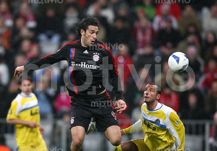 Fussball   UEFA Cup    Viertelfinale   Saison 2007/2008 FC Bayern Muenchen   - FC Getafe                        03.04.2008 Luca Toni (li, Bayern) gegen Mario (Getafe)