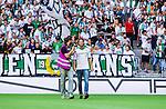 Stockholm 2014-07-20 Fotboll Superettan Hammarby IF - &Ouml;sters IF :  <br /> Hammarbys Linus Hallenius v&auml;lkomnas av Hammarby och Hammarbys supportrar innan matchen <br /> (Foto: Kenta J&ouml;nsson) Nyckelord:  Superettan Tele2 Arena Hammarby HIF Bajen &Ouml;ster &Ouml;IF supporter fans publik supporters jubel gl&auml;dje lycka glad happy