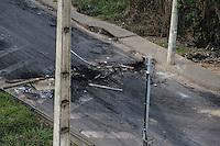 SÃO JOAQUIM DE BICAS, MG, 25.06.2013 - PROTESTO RODOVIA FERNÃO DIAS - Transito parado devido a manifestantes que bloqueiam a rodovia Fernão Dias entre os municípios de São Joaquim da Bicas e Betim região metropolitana de Belo Horizonte na tarde desta terça-feira, 25. (Foto: William Volcov / Brazil Photo Press).