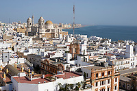 Spanien, Andalusien, Cadiz: Blick vom Torre Tavira camera obscura tower ueber die Stadt | Spain, Andalusia, Cadiz: View of the cathedral and city from the top of the Torre Tavira camera obscura tower