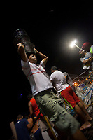 Trabalhadores descarregam cestos de açai que chegam a cidade de Belém vindo de diversos municípios do estado.<br /> ©Paulo Santos