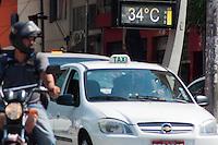 SÃO PAULO-SP-09,10,2014-CLIMA TEMPO SÃO PAULO/PRAÇA JOÃO MENDES - As temperaturas estão altas na região central.A média ultrapassa os 30° com boa qualidade do ar e umidade relativa do ar baixa. Local:Praça João Mendes.Região central da cidade de São Paulo,no começo da tarde dessa Quinta-Feira,09(Foto:Kevin David/Brazil Photo Press)