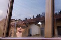 Un'ospite a bordo di un treno d'epoca degli anni Venti in occasione della presentazione degli itinerari storici proposti dal Ministero dei Beni Culturali e del Turismo e dalla Fondazione FS Italiane, lungo il tracciato dell'antica ferrovia della Val d'Orcia, 11 aprile 2015.<br /> A guest aboard a vintage train of the twenties traveling on the occasion of the presentation of the historical tours proposed by the Italian Culture and Tourism Minister and Fondazione FS Italiane (Italian Railways Foundation), along the Val d'Orcia, Tuscany, 11 April 2015.<br /> UPDATE IMAGES PRESS/Riccardo De Luca