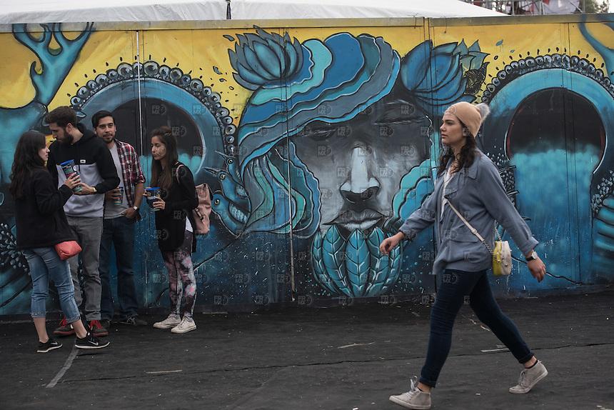 CIUDAD DE MEXICO, D.F. 22 Noviembre.- Jovenes se divierten durante el festival Corona Capital 2015 en el Autodromo Hermanos Rodríguez de la Ciudad de México, el 22 de noviembre de 2015.  FOTO: ALEJANDRO MELENDEZ