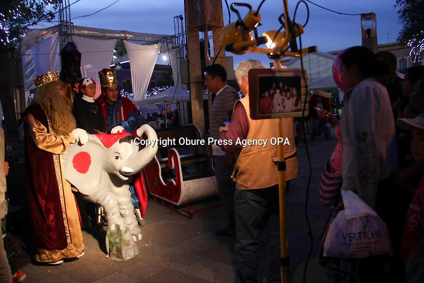 Quer&eacute;taro, Qro. 05 Enero 2014. Reyes Magos reciben las &uacute;ltimas peticiones de los ni&ntilde;os para esta noche m&aacute;gica.<br /> Foto: Obure Press Agency.