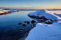 Snöiga klippor på Björnö i Stockholms skärgård.