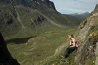 Jente i bratt fjellside på Vest-Grønland en flott sommerdag ---- Girl in steep terrain on West-Greenland