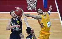 Basketball  1. Bundesliga  2016/2017  Hauptrunde  14. Spieltag  16.12.2016 Walter Tigers Tuebingen - Alba Berlin Elmedin Kikanovic (li, Alba) gegen Gary McGhee (re, Tigers)