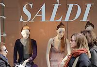 Primo giorno di saldi in Campania i negozi con cartelli di sconto