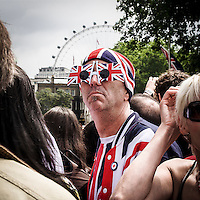 Membro del pubblico indossa  i colori della bandiera inglese Union Jack mentre attende la sfilata del Trooping the Colour sul Mall per il compleanno della Regina Elisabetta.<br /> <br /> Member of the public wears the Union Jack colours while waits to watch the parade of Trooping the Colour on the Mall for the Sovereign's birthday.
