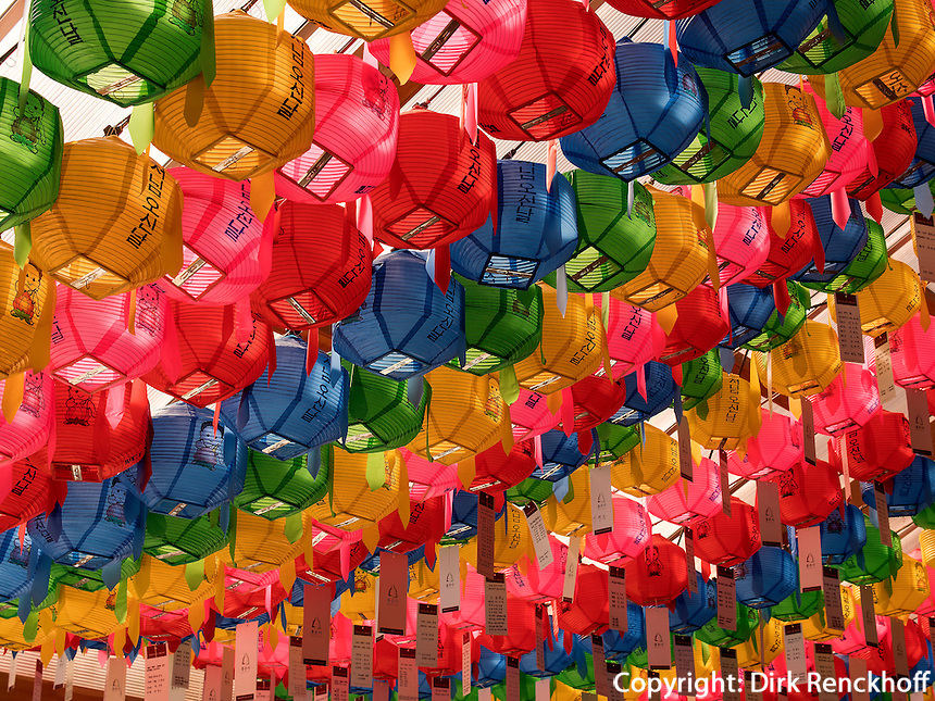 Schmuck zu Buddha's Geburtstag imTempel Bonyeun-sa in Gangnam, Seoul, S&uuml;dkorea, Asien<br /> Decoration at Buddha's birthday, buddhistic temple Bonyeun-sa in Gangnam, Seoul, South Korea, Asia