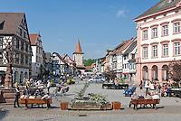 Germany, Baden-Wurttemberg, Black Forest, Gengenbach: centre with Upper Gate and townhall | Deutschland, Baden-Wuerttemberg, Schwarzwald, Gengenbach im Ortenaukreis: Stadtzentrum mit Obertor und Rathaus