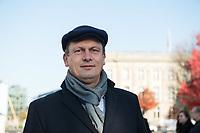 """Vertreter der Lausitzer Kohlereviere protestierten am Donnerstag den 14. November 2019 in Berlin vor dem Kanzleramt fuer eine bessere finanzielle Absicherung beim Ausstieg aus der Kohlefoerderung. Unter anderem forderten sie, dass eine Investitionspauschale fuer die Absicherung des kommunalen Eigenanteils festgeschrieben wird.<br /> Aufgerufen zu dem Protest hatte ein freiwilliges Buendnis der sogenannten """"Lausitzrunde"""".<br /> Im Bild: Der Oberbuergermeister der Stadt Cottbus, Holger Kelch, CDU.<br /> 14.11.2019, Berlin<br /> Copyright: Christian-Ditsch.de<br /> [Inhaltsveraendernde Manipulation des Fotos nur nach ausdruecklicher Genehmigung des Fotografen. Vereinbarungen ueber Abtretung von Persoenlichkeitsrechten/Model Release der abgebildeten Person/Personen liegen nicht vor. NO MODEL RELEASE! Nur fuer Redaktionelle Zwecke. Don't publish without copyright Christian-Ditsch.de, Veroeffentlichung nur mit Fotografennennung, sowie gegen Honorar, MwSt. und Beleg. Konto: I N G - D i B a, IBAN DE58500105175400192269, BIC INGDDEFFXXX, Kontakt: post@christian-ditsch.de<br /> Bei der Bearbeitung der Dateiinformationen darf die Urheberkennzeichnung in den EXIF- und  IPTC-Daten nicht entfernt werden, diese sind in digitalen Medien nach §95c UrhG rechtlich geschuetzt. Der Urhebervermerk wird gemaess §13 UrhG verlangt.]"""
