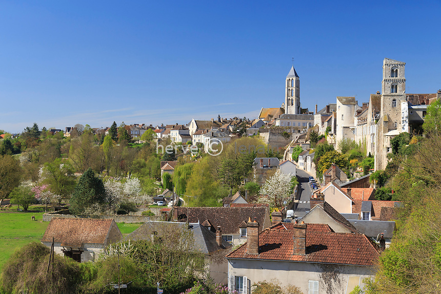 France, Seine-et-Marne (77) , Château-Landon, la ville et le clocher de l'église Notre-Dame // France, Seine et Marne, Chateau Landon, the city and the tower of the church of Notre Dame