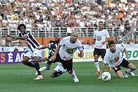 SÃO PAULO, SP, 02 SETEMBRO DE 2012 - CAMPEONATO BRASILEIRO - CORINTHIANS x ATLÉTICO MINEIRO: Alessandro (c) e Jo (e) durante partida Corinthians x Atlético Mineiro,  válida pela 20ª rodada do Campeonato Brasileiro de 2012, em partida disputada no Estádio do Pacaembu em São Paulo. FOTO: LEVI BIANCO - BRAZIL PHOTO PRESS