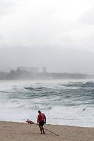 RIO DE JANEIRO; RJ; 09 DE JULHO DE 2013 - CLIMATEMPO RIO DE JANEIRO - Tempo frio com céu coberto e chuvas esparças deixaram quase desertas as praias no Recreio dos Bandeirantes, zona oeste da cidade. FOTO: NÉSTOR J. BEREMBLUM - BRAZIL PHOTO PRESS.