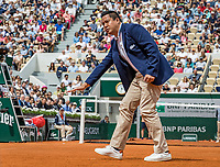 "Paris, France, 26 May, 2019, Tennis, French Open, Roland Garros, Kei Nishikori (JPN) the Umpire checks the mark on the clay and decides the ball is ""in""<br /> Photo: Henk Koster/tennisimages.com"