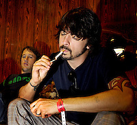Kristiansand, 20050705. Quartfestivalen 2005. Foo Fighters. Chris Shiflett (t.v) og Dave Grohl (forgrunn).