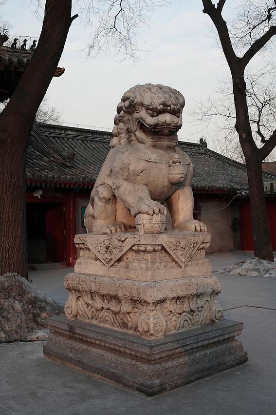 Lion impérial à l'entrée du  temple Guangji sur Fuchengmen.