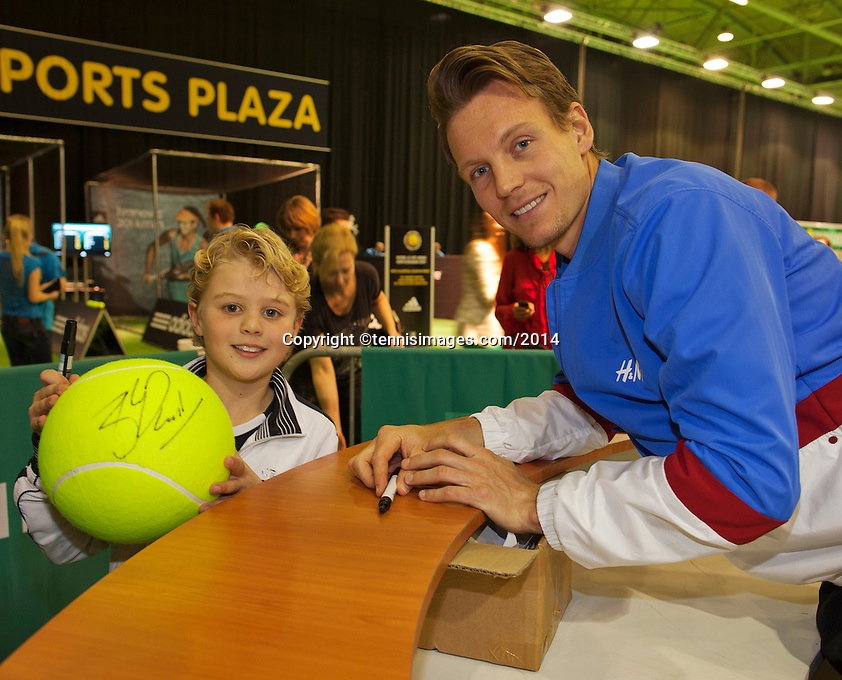 11-02-14, Netherlands,Rotterdam,Ahoy, ABNAMROWTT,Thomas Berdych (CZE) signing autographs<br />