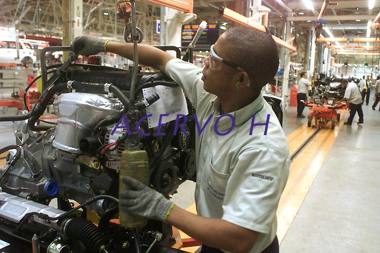 Operário faz a montagem do motor na  Fábrica da Ford instalada no polo industrial do município de Camaçarí na Bahia.<br />Foto Paulo Santos/Interfoto<br />09/06/2003<br />Camaçarí, Bahia Brasil