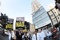"""SAO PAULO, SP 15 de julho 2013- Médicos e estudantes devem realiza uma manifestação contra a importação de profissionais estrangeiros para atuar no SUS (Sistema Único de Saúde) e contra o aumento em dois anos da graduação em medicina — tempo que será usado para que o aluno trabalhe na rede pública. As mudanças foram patrocinadas pelo governo federal.Os profissionais farão um cortejo fúnebre para """"enterrar"""" a presidente Dilma Rousseff e os ministros da Saúde, Alexandre Padilha, e da Educação, Aloizio Mercadante. Eles sairão às 16h da sede do Conselho Regional de Medicina, na Consolação,a discutir o assunto. ADRIANO LIMA / BRAZIL PHOTO PRESS)."""