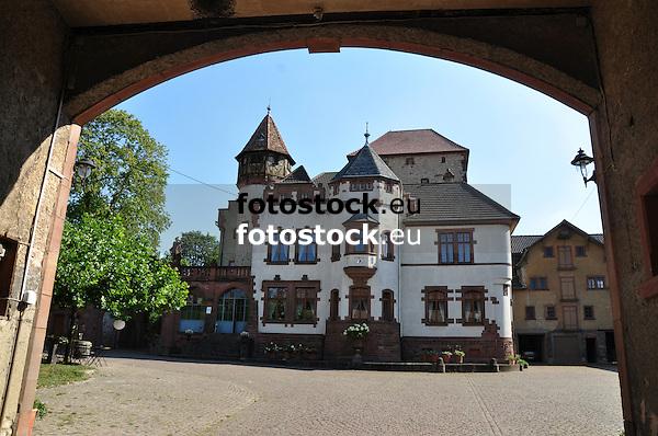 Blick durch das Schlosstor über den Hof auf das Hauptgebäude des Schlossgut Lüll in Wachenheim