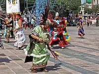 Querétaro, Qro. 14 de septiembre 2015. Este lunes continúan los festejos de la Fiesta Grande de la Exaltación de la Santa Cruz de los Milagros. Distintos grupos de danzantes se presentan alrededor del Templo de la Cruz. Foto: Alejandra L. Beltrán / Obture Press Agency