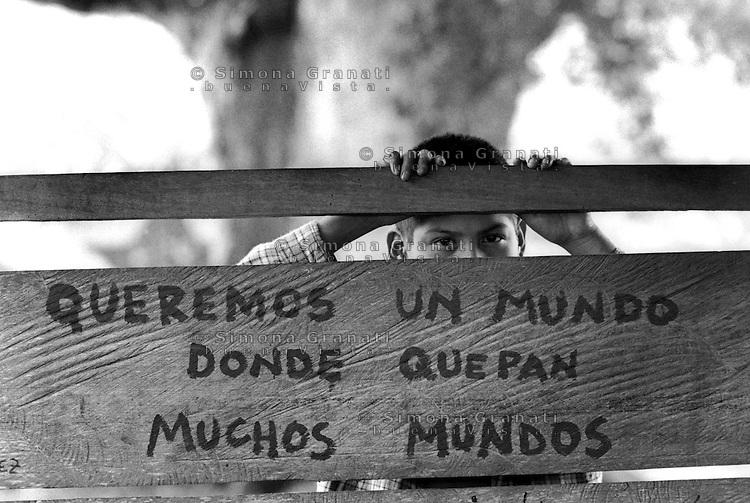 """Messico, Chiapas, La Realidad.Comunità indigena Zapatista.""""vogliamo un mondo che contenga molti mondi"""".Mexico, Chiapas, La Realidad.Zapatista indigenous communities.""""We want a world that contains many worlds"""""""