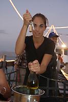 Asie/Israël/Galilée/Tibériade: sommelière au Restaurant Decks, Lido Beach