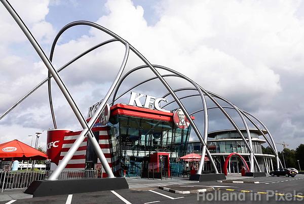 Nederland  Amsterdam -  September 2018. De Foodstrip in de Bijlmer. Verschillende fastfoodketens op een rij. KFC.  Foto Berlinda van Dam / Hollandse Hoogte