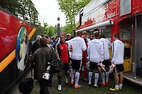 Deutsche Nationalmannschaft unterschreibt auf dem Bus des Fanclub Nationalmannschaft<br /> WM-Team des DFB trainiert in der Commerzbank Arena *** Local Caption *** Foto ist honorarpflichtig! zzgl. gesetzl. MwSt. Auf Anfrage in hoeherer Qualitaet/Aufloesung. Belegexemplar an: Marc Schueler, Alte Weinstrasse 1, 61352 Bad Homburg, Tel. +49 (0) 151 11 65 49 88, www.gameday-mediaservices.de. Email: marc.schueler@gameday-mediaservices.de, Bankverbindung: Volksbank Bergstrasse, Kto.: 151297, BLZ: 50960101