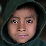 20 noviembre 2014. <br /> Selvin (10 a&ntilde;os) Hijo de activista en contra de la hidroel&eacute;ctrica Ecoener, en Santa Cruz de Barillas, Guatemala. La llegada de algunas compa&ntilde;&iacute;as extranjeras a Am&eacute;rica Latina ha provocado abusos a los derechos de las poblaciones ind&iacute;genas y represi&oacute;n a su defensa del medio ambiente. En Santa Cruz de Barillas, Guatemala, el proyecto de la hidroel&eacute;ctrica espa&ntilde;ola Ecoener ha desatado cr&iacute;menes, violentos disturbios, la declaraci&oacute;n del estado de sitio por parte del ej&eacute;rcito y la encarcelaci&oacute;n de una decena de activistas contrarios a los planes de la empresa. Un grupo de ind&iacute;genas mayas, en su mayor&iacute;a mujeres, mantiene cortado un camino y ha instalado un campamento de resistencia para que las m&aacute;quinas de la empresa no puedan entrar a trabajar. La persecuci&oacute;n ha provocado adem&aacute;s que algunos ecologistas, con &oacute;rdenes de busca y captura, hayan tenido que esconderse durante meses en la selva guatemalteca.<br /> <br /> En Cob&aacute;n, tambi&eacute;n en Guatemala, la hidroel&eacute;ctrica Renace se ha instalado con amenazas a la poblaci&oacute;n y falsas promesas de desarrollo para la zona. Como en Santa Cruz de Barillas, el proyecto ha dividido y provocado enfrentamientos entre la poblaci&oacute;n. La empresa ha cortado el acceso al r&iacute;o para miles de personas y no ha respetado la estrecha relaci&oacute;n de los ind&iacute;genas mayas con la naturaleza. &copy;Calamar2/ Pedro ARMESTRE<br /> <br /> The arrival of some foreign companies to Latin America has provoked abuses of the rights of indigenous peoples and repression of their defense of the environment. In Santa Cruz de Barillas, Guatemala, the project of the Spanish hydroelectric Ecoener has caused murders, violent riots, the declaration of a state of siege by the army and the imprisonment of a dozen activists opposed to the project . <br /> A group of Mayan Ind