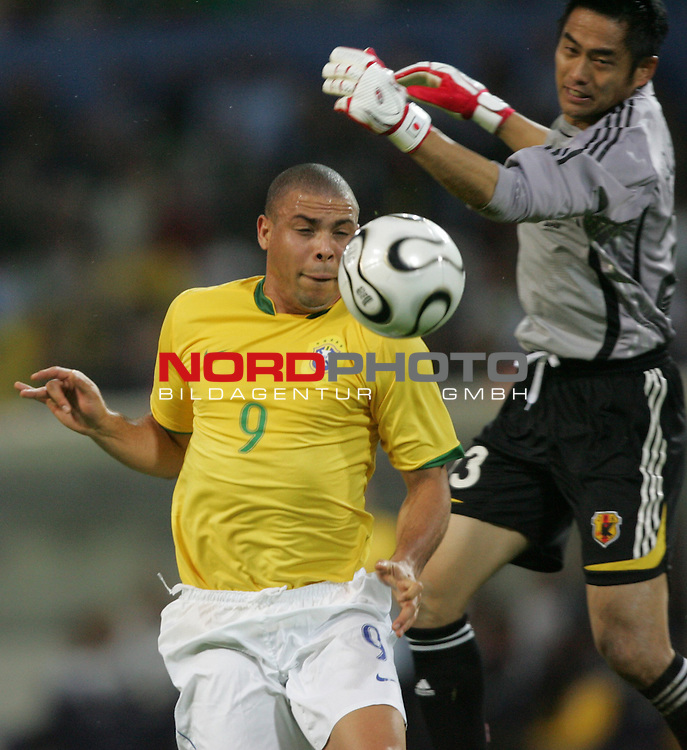 FIFA WM 2006 -  Gruppe F Vorrunde ( Group AF)<br /> Play   #43 (22-Jun) - Japan vs Brasilien 1:4<br /> <br /> Ronaldo (links) von Brasilien gegen Torwart Yoshikatsu Kawaguchi (rechts) von Japan.<br /> <br /> Foto &copy; nordphoto