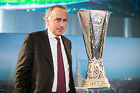 Il Presidente della FIGC Giancarlo Abete posa con il trofeo durante la cerimonia di consegna dell'Europa League a Palazzo Madama di Torino  Europa League Trophy Handover   <br /> Italian Football Federation president Giancarlo Abete attends the Europa League Trophy handover ceremony<br /> <br /> Torino 16/04/2014   Football Calcio   Foto Giorgio Perottino / Insidefoto