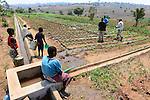 Malawi, Thyolo, NGO CARD Churches Action in Relief and Development, Bewaesserungssystem im Dorf Samuti, Frauen am Verteiler des Wasserkanal