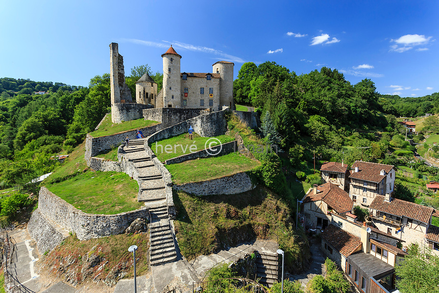 France, Cantal (15), Laroquebrou, vue sur le château depuis le sommet du roc portant une statue de la Vierge // France, Cantal, Laroquebrou, the castle