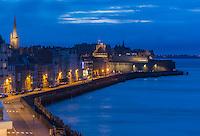 France, Ille-et-Vilaine (35), Côte d'Emeraude, Saint-Malo, les remparts de la ville intra-muros au crépuscule et la chaussée du sillon // France, Ille et Vilaine, Cote d'Emeraude (Emerald Coast), Saint Malo, the ramparts of the walled city at dusk