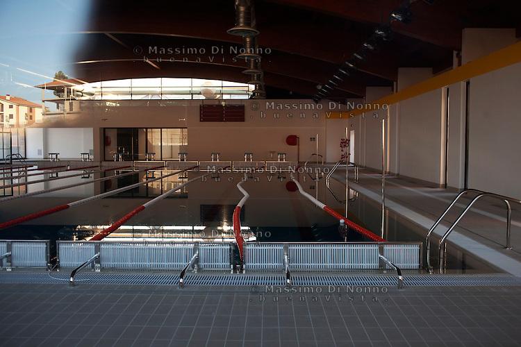 San Giuliano di Puglia: una piscina costruita con i soldi della ricostruzione. A San Giuliano i sodli della ricostruzione hanno avuto un canale privilegiato. L'impianto in questione è oggetto di critica perchè è sprositato rispetto al numero della popolazione della zona.