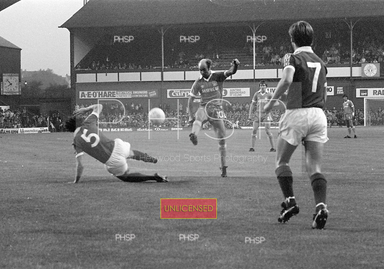 26/08/1980 Everton v Blackpool League Cup 2nd Round 1st Leg .Peter Noble fires in a shot....© Phill Heywood.