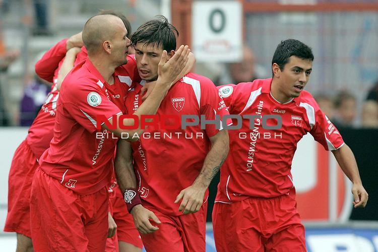 RLN 2006/2007 -  14. Spieltag, Hinrunde, Osnatel-Arena.<br /> <br /> VfL OsnabrŁck - BSV Kickers Emden.<br /> <br /> Rudolf Zedi (Emden, l) freut sich mit dem TorschŁtzen zum 0:1 per Elfmeter, Radovan Vujanovic (M).<br /> <br /> Foto &copy; nordphoto