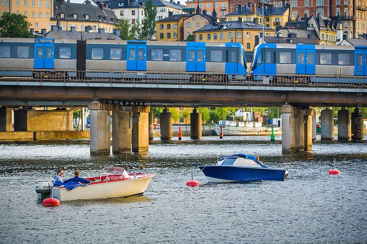Motorbåtar vid tunnelbanebron mellan Söder och Gamla stan i Stockholm