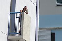SÃO PAULO, SP, 09. 04. 2015 - AGENDA PREFEITO HADDAD -Morador aguarda o Prefeito Fernando Haddad  em visita ao Condomínio B do Residencial Sapé A no Jardim Esmeralda - Rio Pequeno, região oeste da cidade de São Paulo no fim da manhã dessa quinta-feira, 09. ( Foto: Kevin David / Brazil Photo Press )