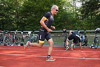 Teilnehmer kommen zum SKV Stadion und wechseln auf die Laufstrecke - Mörfelden-Walldorf 21.07.2019: 11. MoeWathlon