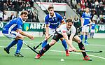 AMSTELVEEN -  Mirco Pruyser (A'dam) met Floris de Ridder (Kampong)  tijdens  de  eerste finalewedstrijd van de play-offs om de landtitel in het Wagener Stadion, tussen Amsterdam en Kampong (1-1). Kampong wint de shoot outs.  . COPYRIGHT KOEN SUYK